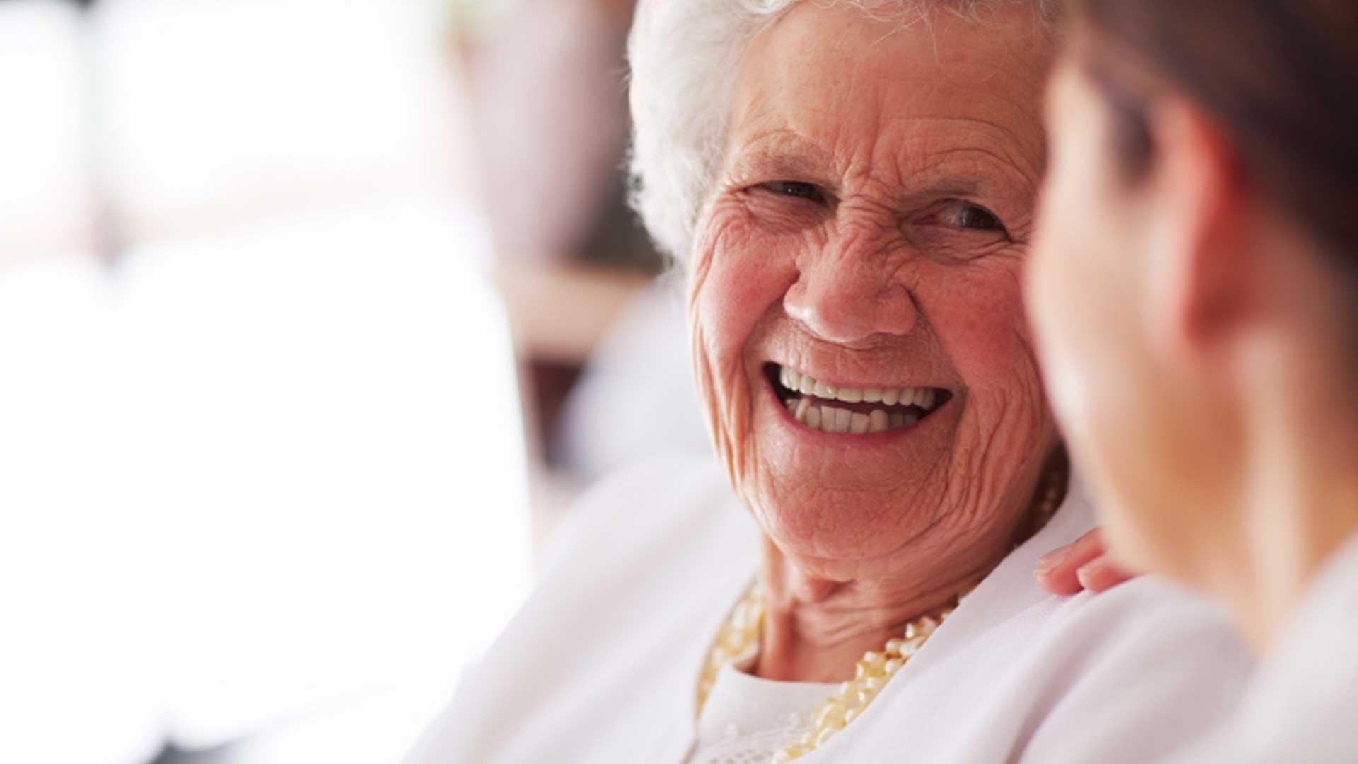 Cuidador de idoso, ocupação cresceu 547% em 10 anos